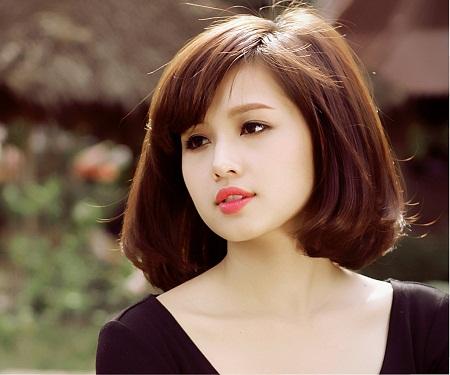 Kiểu tóc ngắn cho mặt tròn với mái xéo ngắn