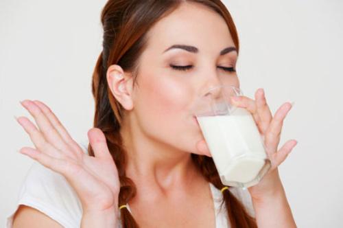 Sữa lạnh giúp giảm sưng phông mặt sau khi ngủ dậy